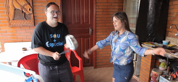 A repórter Fernanda Honorato dança ao som do percussionista Dandan do Samba.
